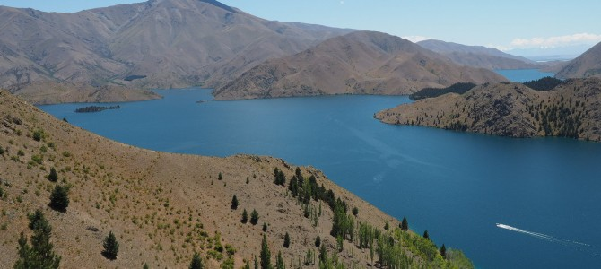 Trockenes Bergland mit blauen Seen